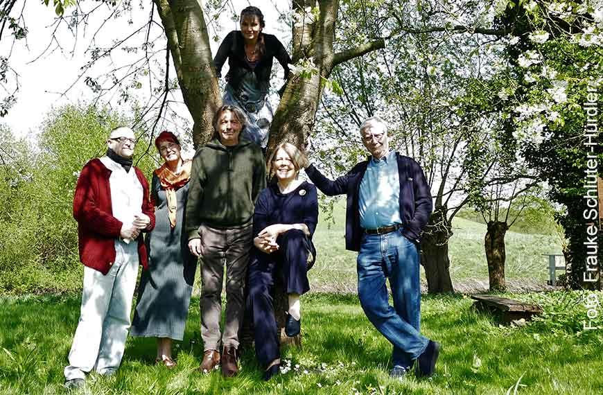 Die Künsterl und Kunsthandwerker in Barnitz beim Pressefototermin